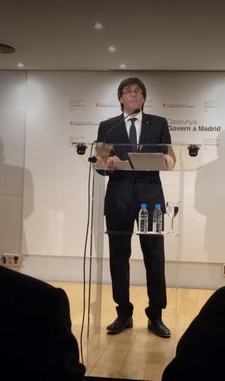 En la rueda de prensa sobre su reunión con Rajoy, otra vez tomó protagonismo el agua. Botellas de plástico con copa de vidrio (a ver, o un material u otro). ¡Todo a la vista! Cuando hablamos de trasnparencia política nos referimos a otra cosa... #CataKitsch