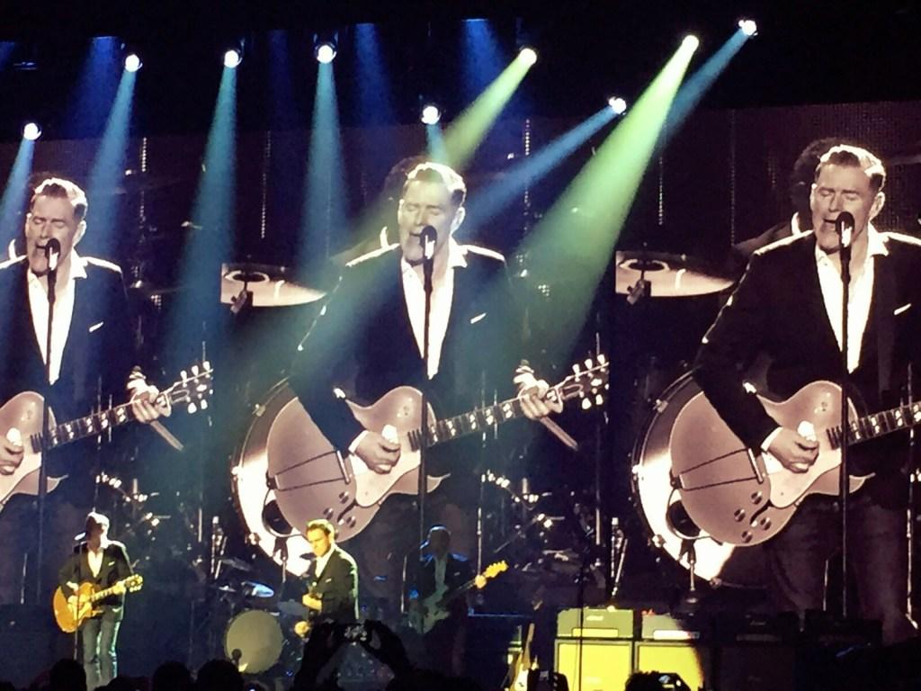 Bryan Adams dando una lección de elegancia durante el concierto | Vistalegre, Madrid