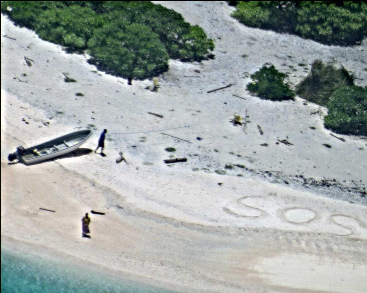 """Џиновско """"СОС"""" ги спасило од пуст остров"""