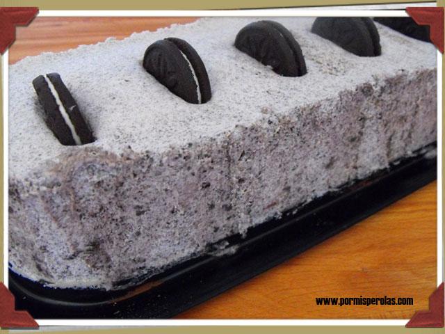 Tarta helada de galletas tipo Oreo y trocitos de chocolate con leche