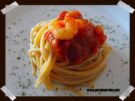 Espaguettis integrales con gambas y tomatitos