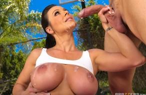 Kendra Lust teniendo sexo en cancha de basketball