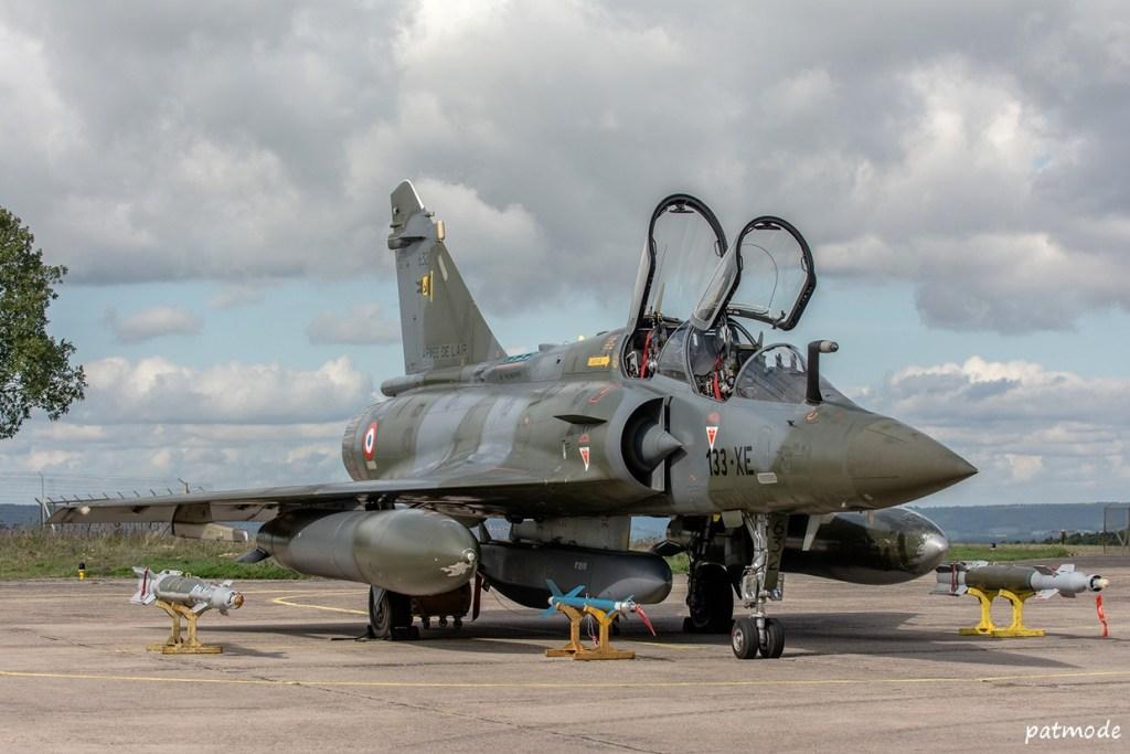 Mirage 2000 D , n0 632, 133-XE  de l'EC 1/3 Navarre, voisin du Champagne et portant en point central le missile d ecroisière  SCALP, sur les supports en positions externe droite une GBU 49, et une GBU 12 à gauche,  et devant le missile de croisière SCALP une bombe LGTR, bombe d'exercice qui simule une bombe guidée laser avec kit de guidage PAVEWAY II et dont la restitution du tir se fait par une cartouche fumigène ou photo-éclair.