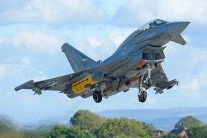 Typhoon IPA3 (avion expérimental italien) prenant son envol chargé d'un missile Storm Shadow en position dissymétrique.