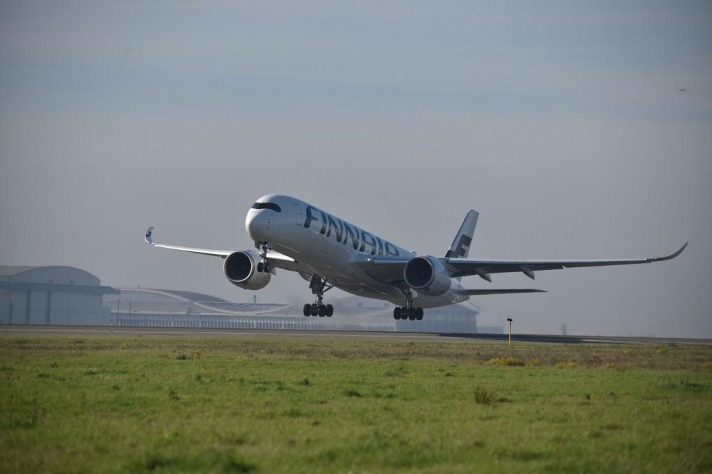 L'A350 au décollage depuis CDG : AY872