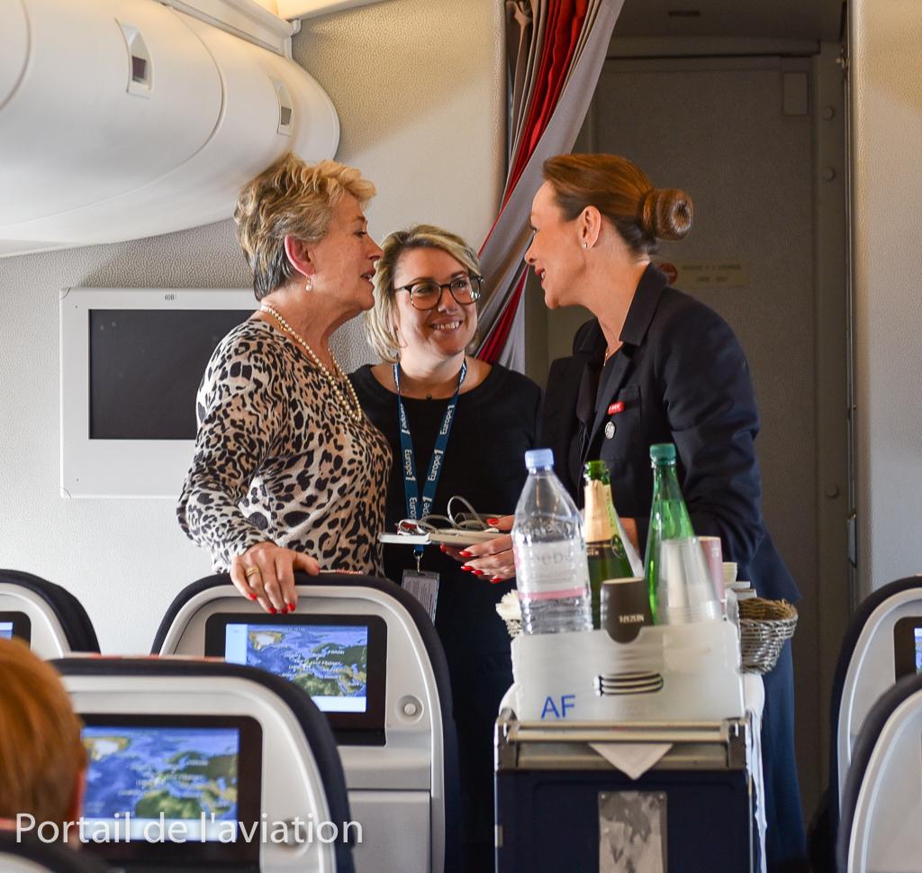 Le service se déroule, et moment plein d'émotions lorsqu'une PNC rencontre l'hotesse, qui avait baptisé le 747 lors de son roll-out en 1968 à Seattle en compagnie d'une hotesse de chaque compagnie cliente.