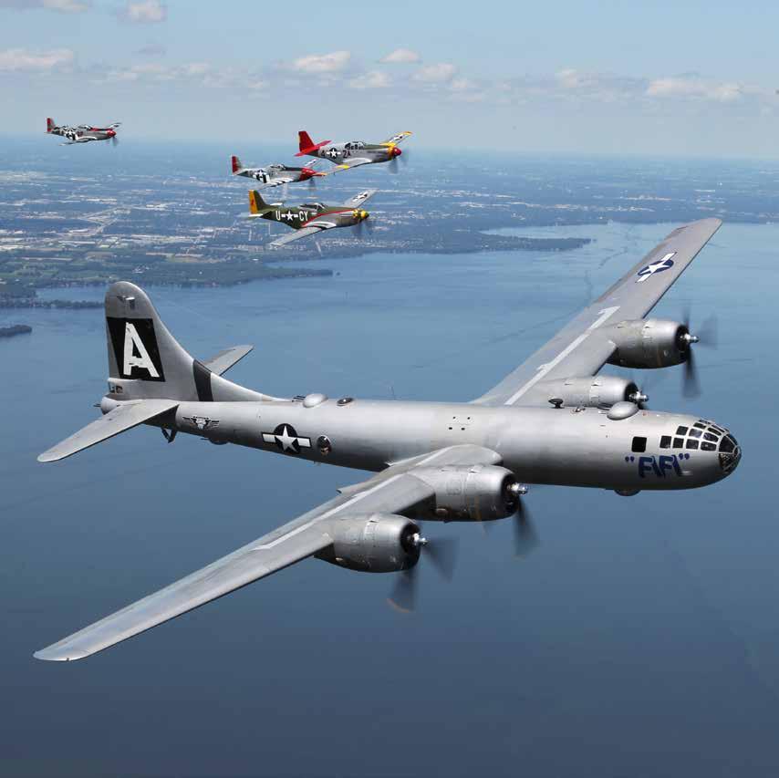 """Une des nombreuses formations """"only in Oshkosh"""" : B-29 et 4 P-51"""
