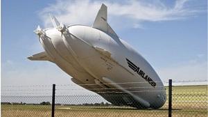 "Airlander 10 en ""kiss landing"", Crédit: South Beds News Agency"