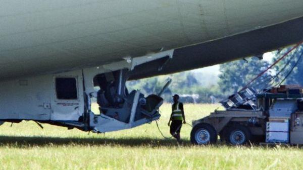 Un membre de l'équipe regarde les dégâts, Crédit: REUTERS/Darren Staples