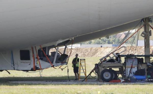 Première réparation de l'Airlander 10 après son atterrissage raté, Crédit: South Beds News Agency