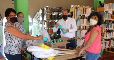 """Entrega alcalde Nevárez, equipo de limpieza a personal de la Biblioteca Pública Municipal """"Miguel Hidalgo"""" en Coahuayana"""