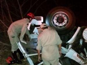 Duas pessoas morrem após caminhão tombar em serra no Sertão da Paraíba