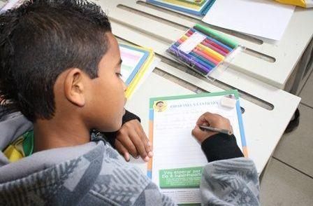 Na Via Dutra, motoristas recebem mensagens de crianças sobre direção segura