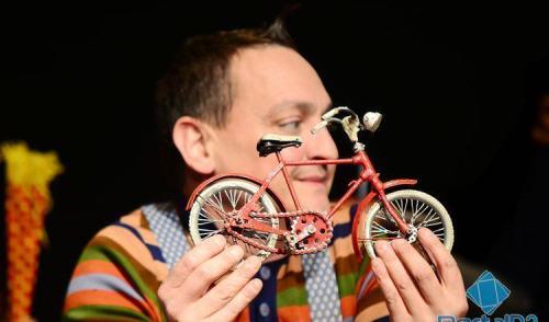 VÍDEO: Festil começa em Pinda com espetáculo italiano Bicicleta Vermelha