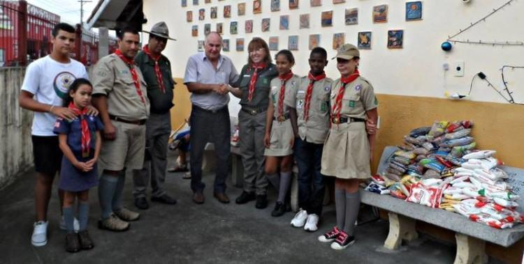 Presidente, chefes e membros do GEP, na entrega de alimentos ao presidente do Lar São Vicente de Paulo. (Foto: Divulgação/GEP)