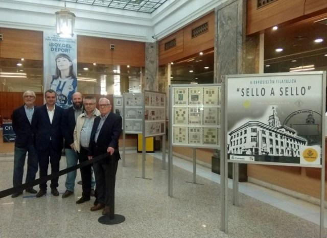 Vista parcial de la exposición en el patio de operaciones de la O.P. De izquierda a derecha Andrés García, Javier Varela, José Luis Rey, Antonio Lojo y José Manuel Barreiro.
