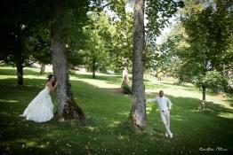 Les mariés derrière les arbres