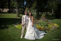 Mariés devant les fleurs