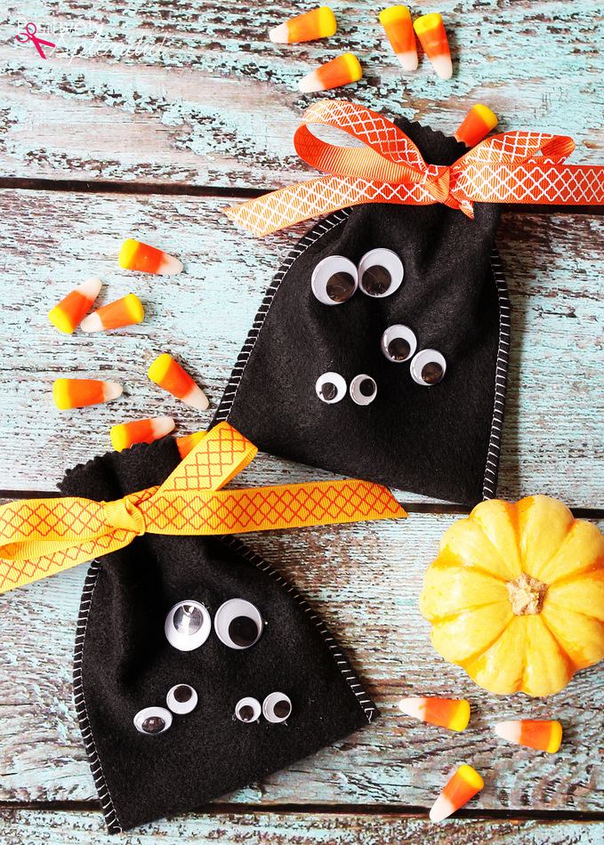 Fun, easy Halloween craft idea: Googly Eye Halloween Treat Bags
