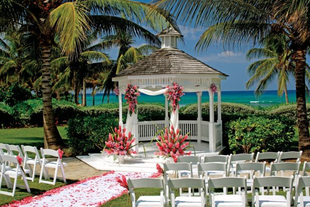 beach. +5 Tips to Decorate Your Outdoor Wedding