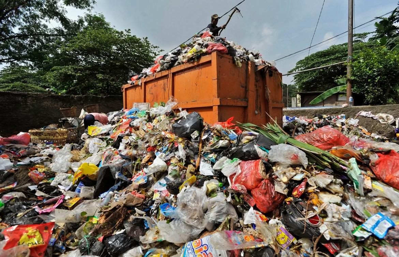JAKARTA, 3/2 - VOLUME SAMPAH JAKARTA. Petugas menaikkan sampah ke dalam bak truk di Tempat Pembuangan Sementara Cipinang, Jakarta Timur, Minggu (3/2). Usai banjir besar Jakarta pertengahan Januari 2013, volume sampah di seluruh wilayah meningkat rata-rata 1100 ton per hari, terbesar dari Jakarta Utara dan Barat. FOTO ANTARA/Yudhi Mahatma/Koz/pd/13.