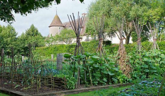 medival-style-garden