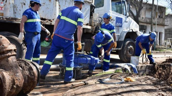 Renovación necesaria: las válvulas reemplazadas en Moreno datan de la época de Obras Sanitarias.