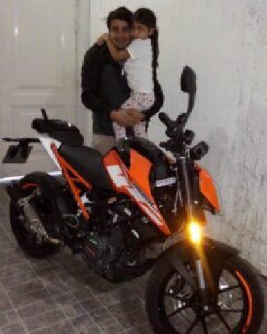 Juan Díaz, junto a la motocicleta Duque 250 que los delincuentes le robaron.