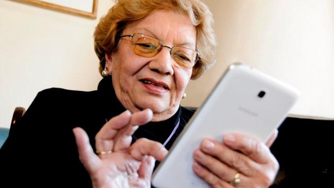 Manejo del celular: un curso de gran utilidad para los abuelos en los vertiginosos tiempos que corren.