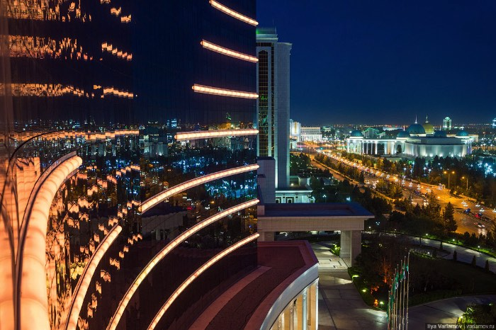 Nunca tinha ouvido falar de Ashgabat, a estranha capital do Turcomenistão, mas agora estou louco para visitar essa cidade no meio da Ásia Central. E preciso colocar a culpa dessa minha súbita vontade de viajar no varlamov.ru que fez uma ótima série de artigos sobre a cidade e, cujas fotos, vão aparecer logo abaixo.