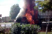 Uno de los traileres incendidados frente al campo militar La Nopalera. Foto: @ConradoVela