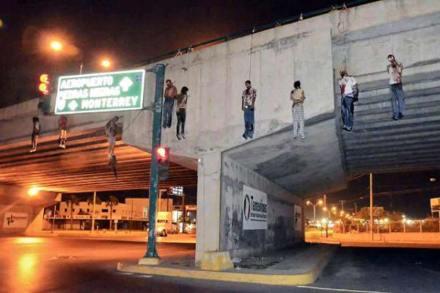 Fotografía de nueve cadáveres colgados en puente Monterrey-Nuevo Laredo en mayo pasado. Foto: Tomada de Twitter