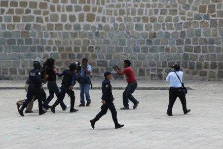 La detención de miembros de #YoSoy132 en Oaxaca. Foto: #YoSoy132