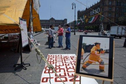 Bombero mantiene huelga de hambre en el Zócalo. Foto: Octavio Gómez
