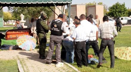 Elementos militares y policiacos acudieron al panteón. Foto: El Siglo de Torreón.