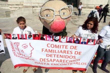 Familiares de desaparecidos despiden a Calderón. Foto: Benjamin Flores