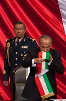 Felipe Calderón besa la banda presidencial. Foto: Germán Canseco/Proceso.