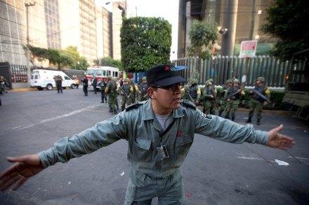 Personal de Pemex acordona la zona del siniestro. Foto: AP / Eduardo Verdugo