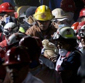 Rescatistas sostienen a un hombre lastimado durante la explosión en Pemex. Foto: AP / Eduardo Verdugo