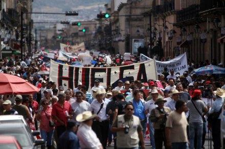 Michoacán. Miles de maestros marcharon ayer contra la reforma educativa. Foto: Enrique Castro