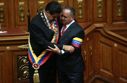 Nicolás Maduro abraza al presidente del Parlamento venezolano, Diosdado Cabello, después de su juramentación. Foto: Xinhua / Presidencia