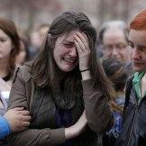 Lloran a víctimas de atentado en Boston. Foto: AP