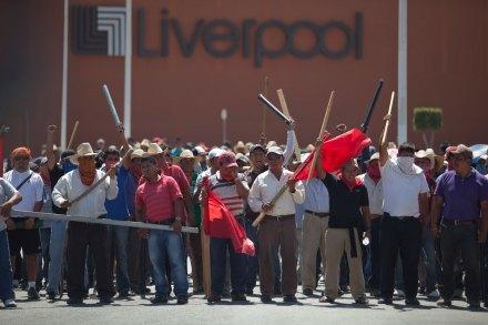 Maestros bloquean tiendas departamentales en Chilpancingo. Foto: Miguel Dimayuga