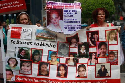 Familares de mujeres víctimas de trata protestan en la PGR. Foto: Hugo Cruz