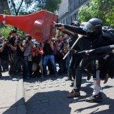 Encapuchados agreden a policías en el Día del Trabajo. Foto: Eduardo Miranda