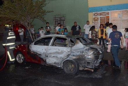 Uno de los vehículos incendiados el 6 de junio en Tepito. Foto: AP