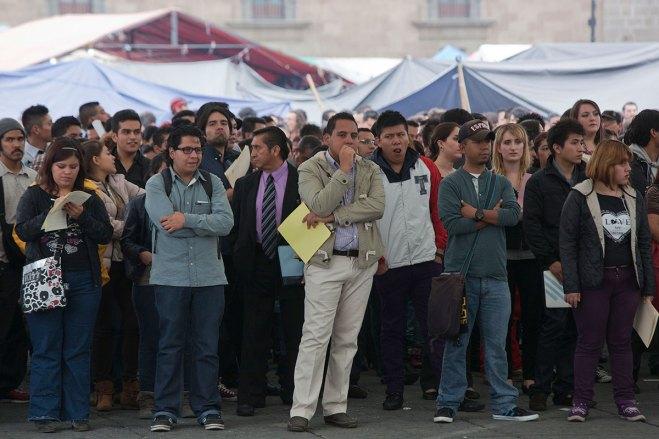 Miles de jóvenes van al Zócalo en busca de empleo. Foto: Octavio Gómez