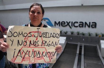 Extrabajadores de Mexicana instalan plantón en el aeropuerto. Foto: Benjamin Flores