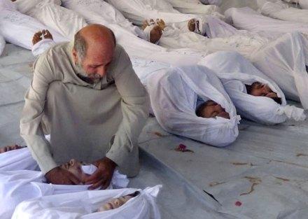 Un hombre embalsama a uno de los muertos víctima del uso de armas químicas en las afueras de Damasco. Foto: AP