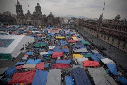 Maestros instalan acampada en el Zócalo. Foto: Xinhua / Alejandro Ayala